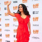 """Einen ähnlichenEffekt erzielt Salma Hayek bei der Premiere von """"The Hummingbird Project""""im roten Spitzenkleid."""