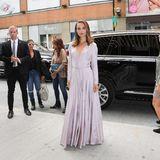 """Natalie Portman bezaubert, wo auch immer sie auftaucht. Hier tut sie das im zarten Seidenkleid von Christian Dior Couture bei der """"Vox Lux""""-Vorführung."""