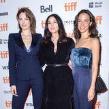 """Dunkelblau und Schwarz sind die Premiere-Farben der drei Schauspielerinnen von """"Nekrotonic Midnight Madness"""" Tess Haubrich, Monica Bellucci und Caroline Ford"""