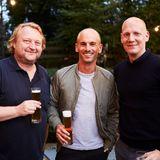 Bier schmeckt besser, wenn man es gemeinsam trinkt! So machen dasGastgeber Heiko Hager (G+J)Peter Bauer (L'Oréal) und J. Oliver Braunoeder (Lacoste).