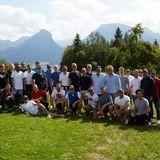 Ausgepowert, aber happy: Nach der E-Bike-Tour von Wolfskin Tech Labgibt es bei der Aschinger Alm Lunch und natürlich ein Gruppenbild.