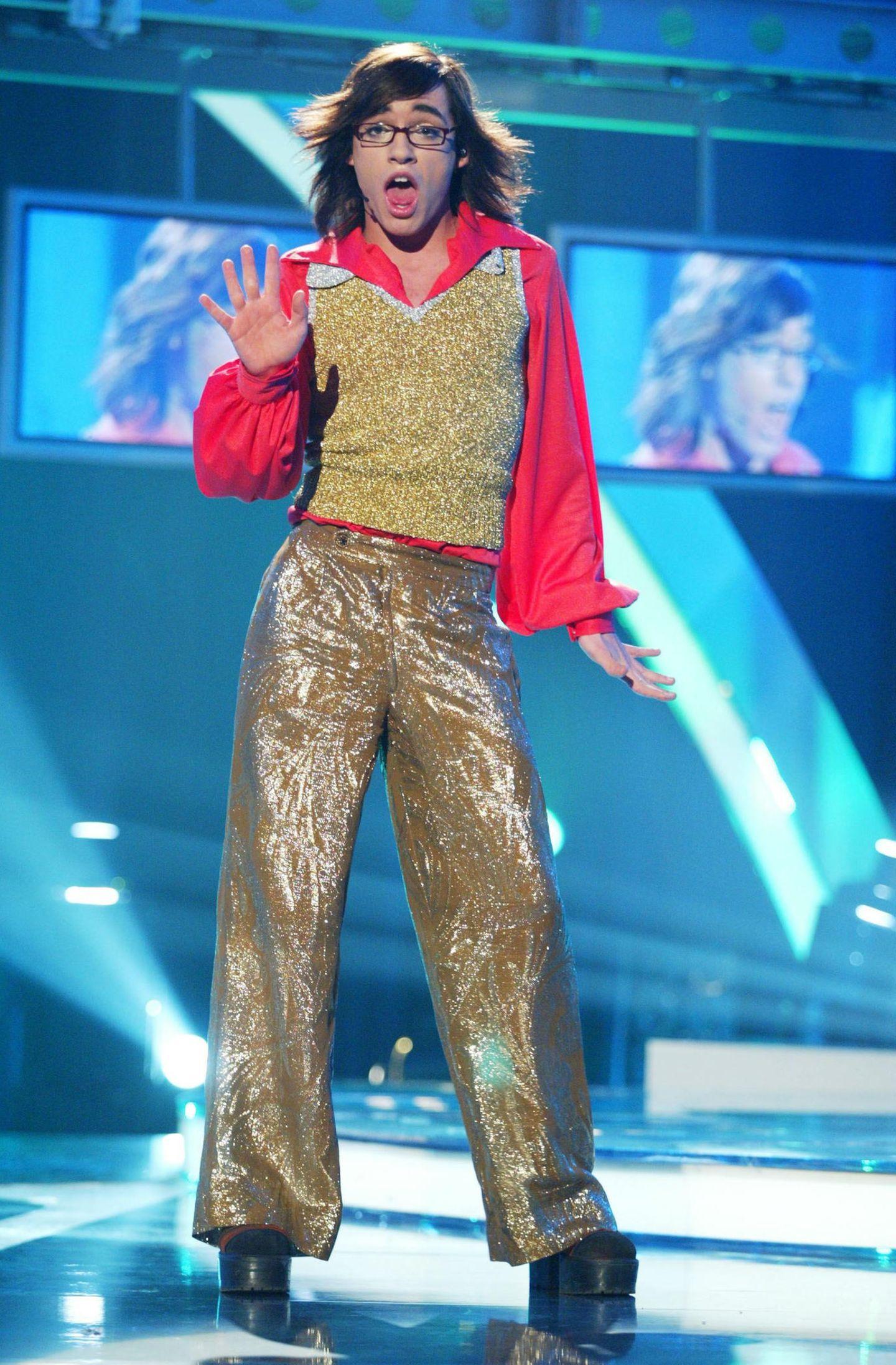 """2002/ 2003  Daniel Küblböck tritt erstmals ins Rampenlicht und nimmt an der Castingshow """"Deutschland sucht den Superstar"""" teil.Er wird mit seiner schrillen Artzu einem Publikumsliebling und zu einemder Lieblinge von Chef-Juror Dieter Bohlen."""
