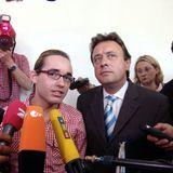 2004  Im Februar 2004 rast der Sänger, wohl bemerkt ohne Führerschein in einen mit Gurkengläsern beladenen Lastwagen und wird dabei schwer verletzt. Vor Gericht wird Daniel dann zu einer Geldstrafe von 25.000 Euro verurteilt.