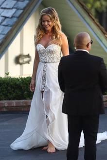 In nur 24 Stunden stellte Brautmoden-Designer Mark Zunino das Kleid für Schauspielerin Denise Richards her. Es besteht aus zwei Teilen: Einem kurzen Anzug und einem fließenden, weißen Rock, der vorne durch leichte Wellen den Blick auf ihre leicht gebräunten Beine freigibt.