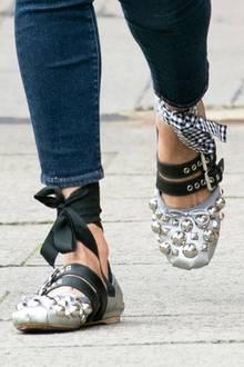 Unterschiedliche Schleifen, Lederbänder mit Nieten und silberne Noppen machen Lillys Ballerinas wirklich zu einem besonders schrägen Hingucker.