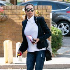 Auf den ersten Blick ein ganz normales Alltagsoutfit von Lilly Becker mit Blazer, weißem Rollkragenpullover und dunkler Slim-Jeans, bei genauerem Hinsehen bleibt man aber zwangsläufig ihrem unteren Ende hängen.