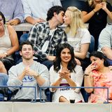 Nick Jonas, Priyanka Chopra und Joe Jonas mit Freundin Sophie Turner sitzen in der Zuschauertribüne der US Open in New York. Während Nick Jonas und Priyanka Chopra ganz gebannt zuschauen, interessieren sich Joe Jonas und Sophie Turner mehr füreinander und turtelnauf der Tribüneherum.
