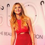 """Auf der """"Glow""""-Beautymesse in Berlin bezaubert der Instagram-Star in einem roten Kleid mit Cut-Out-Detail."""