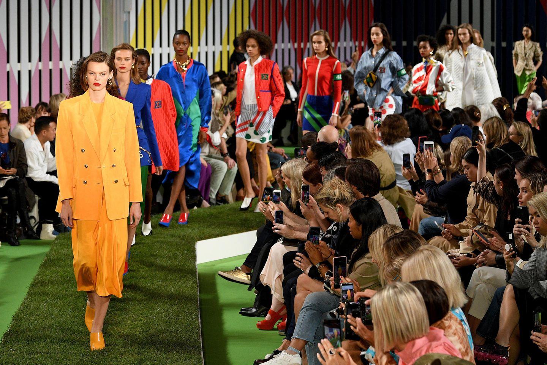 Richtig farbenfroh wird es im finalen Defilée der Escada-Show.