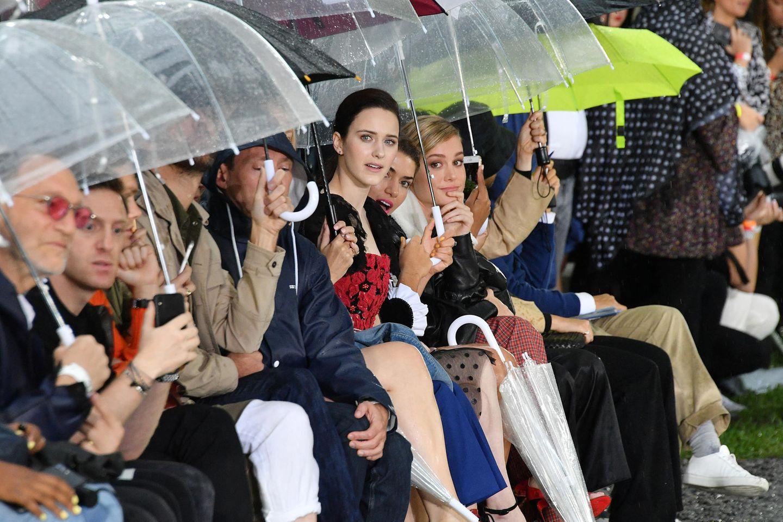 Bei der Open-Air-Show von Rodarte waren Regenschirme das begehrteste Accessoire, auch fürRachel Brosnahan und Brie Larson.
