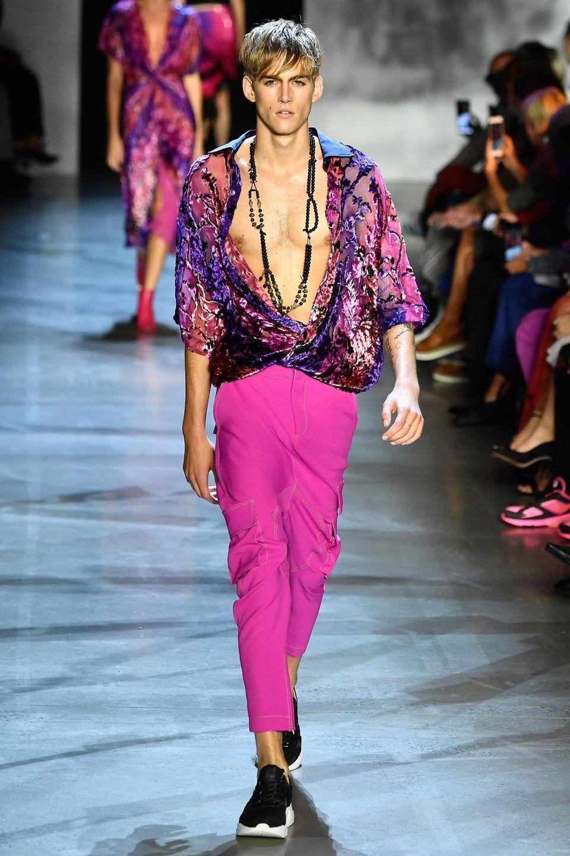 ... sondern auch Cindy Crawfords Sohn Presley Gerber. Der macht seiner vielbeschäftigten Schwester Kaia Gerber langsam Model-Konkurrenz.