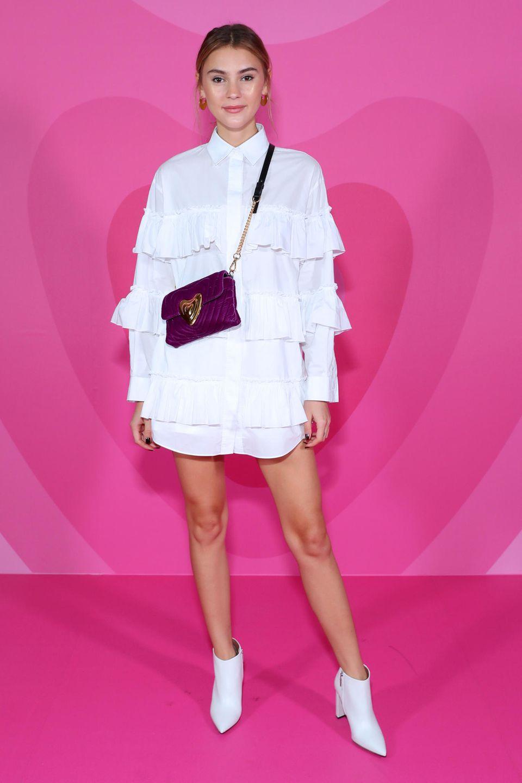 Stefanie Giesinger zeigt sich bei Escada im stylischen Volant-Look.