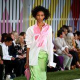 Farbenfroh, sportlich und doch elegant präsentieren sich die Models der Fashion-Show von Escada.