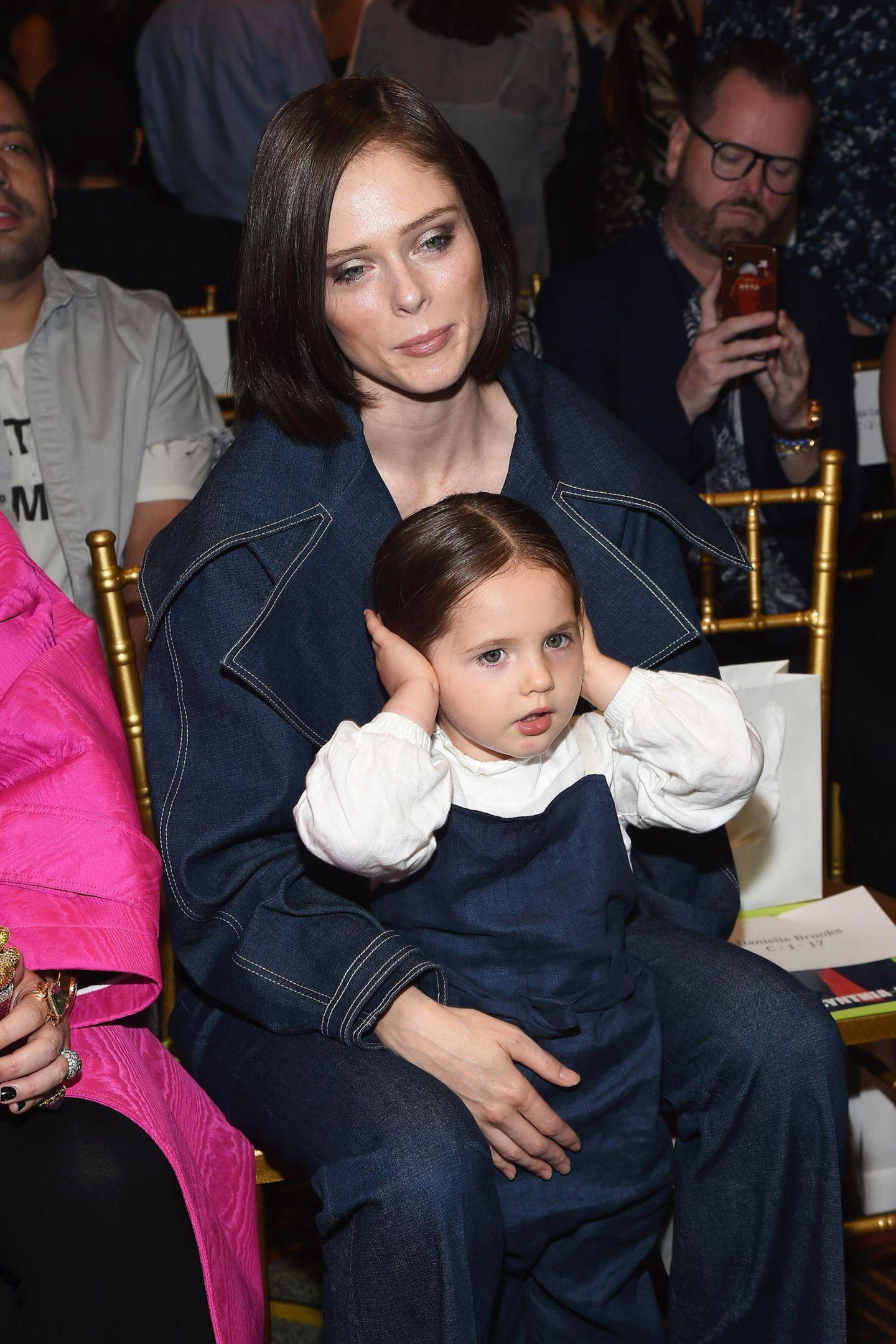 Coco Rochas süßer Tochter Ioni scheint der Fashion-Week-Trubel aber etwas zu laut zu sein.