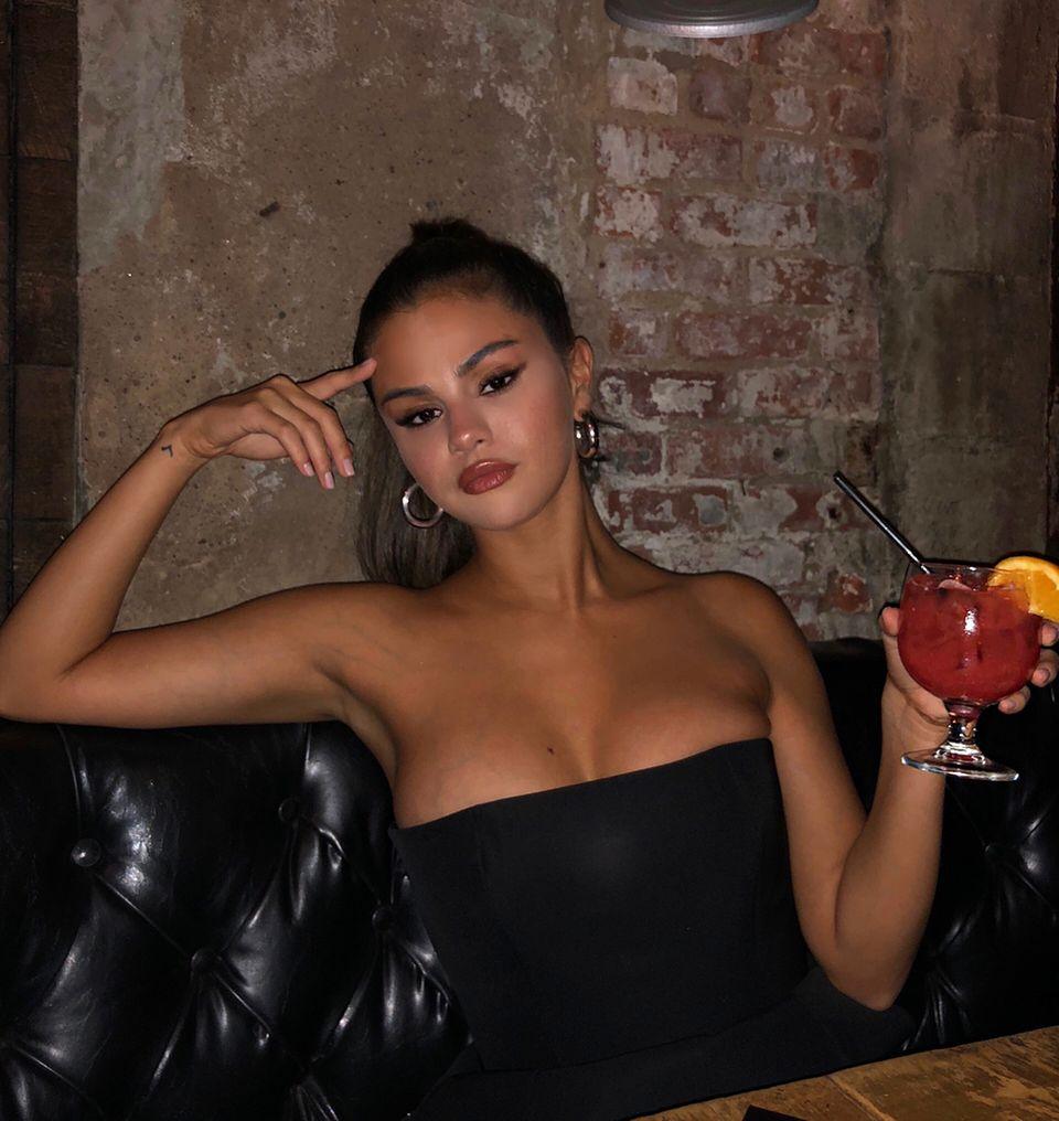 Zum Ausgehenmag es Sängerin Selena Gomez auch mal etwas freizügiger: Mit tiefsitzendem Tube-Top, einem Cocktail in der Hand und der richtigen Pose,setzt sie ihr Dekolleté gekonnt in Szene. Bleibt ihr zu wünschen, dass später auf der Tanzfläche auch noch alles an Ort und Stelle bleibt.