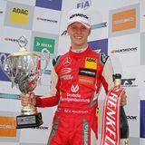 9. September 2018  Mick Schumacher startet durch. Ganz wie der Papa hat der Sohn der Formel 1-Legende Michael Schumacher eine Leidenschaft für den Autorennsport. Mit seinem beeindruckenden Siegeszug in der Formel-3-Europameisterschaft steht einergroßen Rennfahrer-Zukunft nichts mehr im Wege. Der Sohn des Formel-1-Rekordweltmeisters Michael Schumacher gewinntauf dem Nürburgring alle drei EM-Läufe und greift nun sogar nach dem Titel.