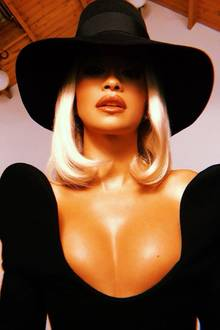 Mit tief sitzendem Hut und Schmollmund zeigt Rita Oraweniger Gesicht und dafür mehr Dekolleté. Aber wenn wir mal ehrlich sind: Beidiesem AusschnittwürdeSängerin Rita Ora höchstwahrscheinlich sowieso niemand in die Augen schauen ...