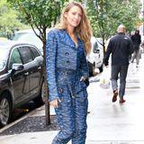 Der Kleiderschrank von Blake Lively muss vor Hosenanzügen nur so überquellen, denn in New York lichten Paparazzi die schöne Schauspielerin erneut in einem solchen ab. Von Kopf bis Fußknöchel ist Blake ist den gleichen Stoff gehüllt. Die lilafarbenenBoots sind bei diesem Outfit außerdem einechterBlickfang!