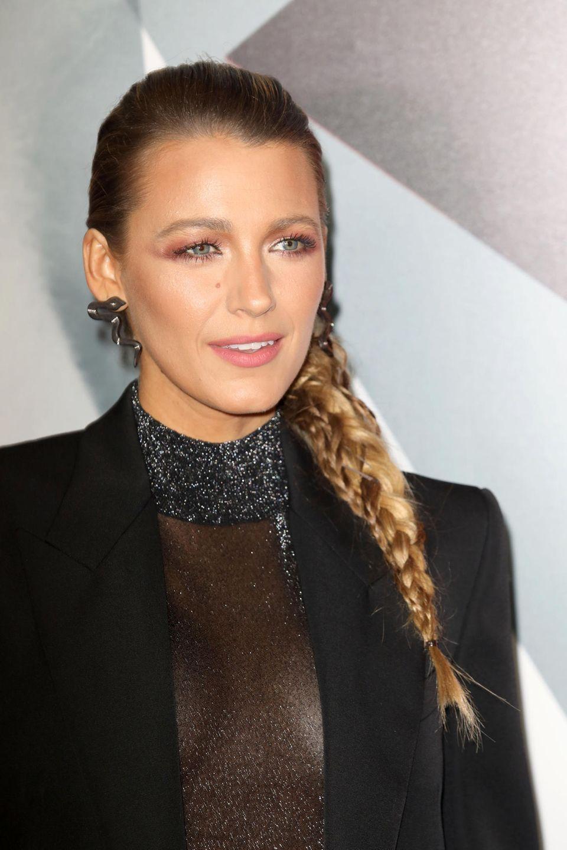 Das transparente Oberteil von Blake Lively verleiht ihrem sonst eher bieder wirkendenOutfit eine Extraportion Glamour! Außerdem ist dies auch ein heißer Anwärter für einen potenziellen Silvester-Look – ab damit auf den Merkzettel!