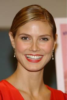 August 2002  Heidi Klum kommt ihrem Look schon deutlich näher. Sie hat ihr Haar leicht aufgehellt und setzt und mehr und mehr auf rote Lippen.