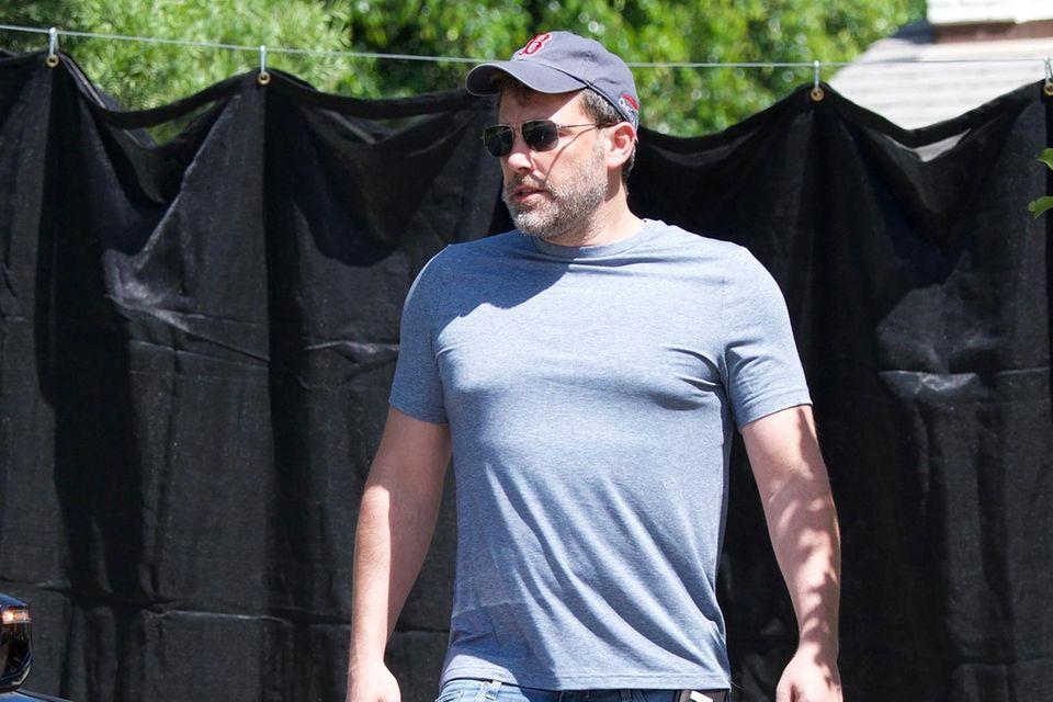 Ben Affleck vor seinem Haus, das er mit einem schwarze Vorhang schützt. Was hat er zu verbergen?