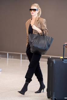 So elegant wie Rosie Huntington-Whiteley hat wohl noch niemand eine Jogginghose getragen. Am JFK-Flughafen in New York lichten Paparazzi das Supermodel genau mit einer solchen ab. Dazu kombiniert die Fashionista Stiefeletten und einbequemes Shirt – alles in Schwarz. Lediglich derschicke und kamelfarbene Blazer erhelltdas Outfit.