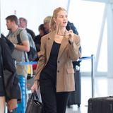 Und noch ein wichtiges Accessoiredarf bei dem perfekten Airport-Look nicht fehlen: einegroße Sonnenbrille. Das dunkle Gestell setzt sich Rosie Huntington-Whiteley schwungvoll auf die Nase – wirklich filmreif!