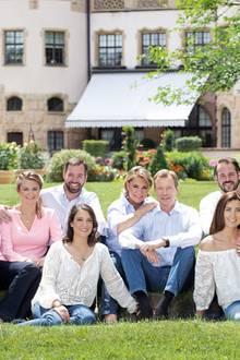 11. September 2018  Es gibt Neues aus Luxemburg!Im Freien, bei bestem Wetter zeigt sich die Familie strahlend schön. Es sind alle farblich passend aufeinander abgestimmt.LediglichStéphanie von Luxemburg scheint mit ihrem pinken Shirtetwas aus der Gruppe hervorzustechen.