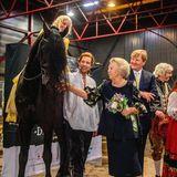 """Ganz vorsichtig tastet sich Prinzessin Beatrix an den Hauptdarsteller in dem Theaterstück """"Der Schimmelreiter"""" heran. Dem Pferd scheint es zu gefallen."""