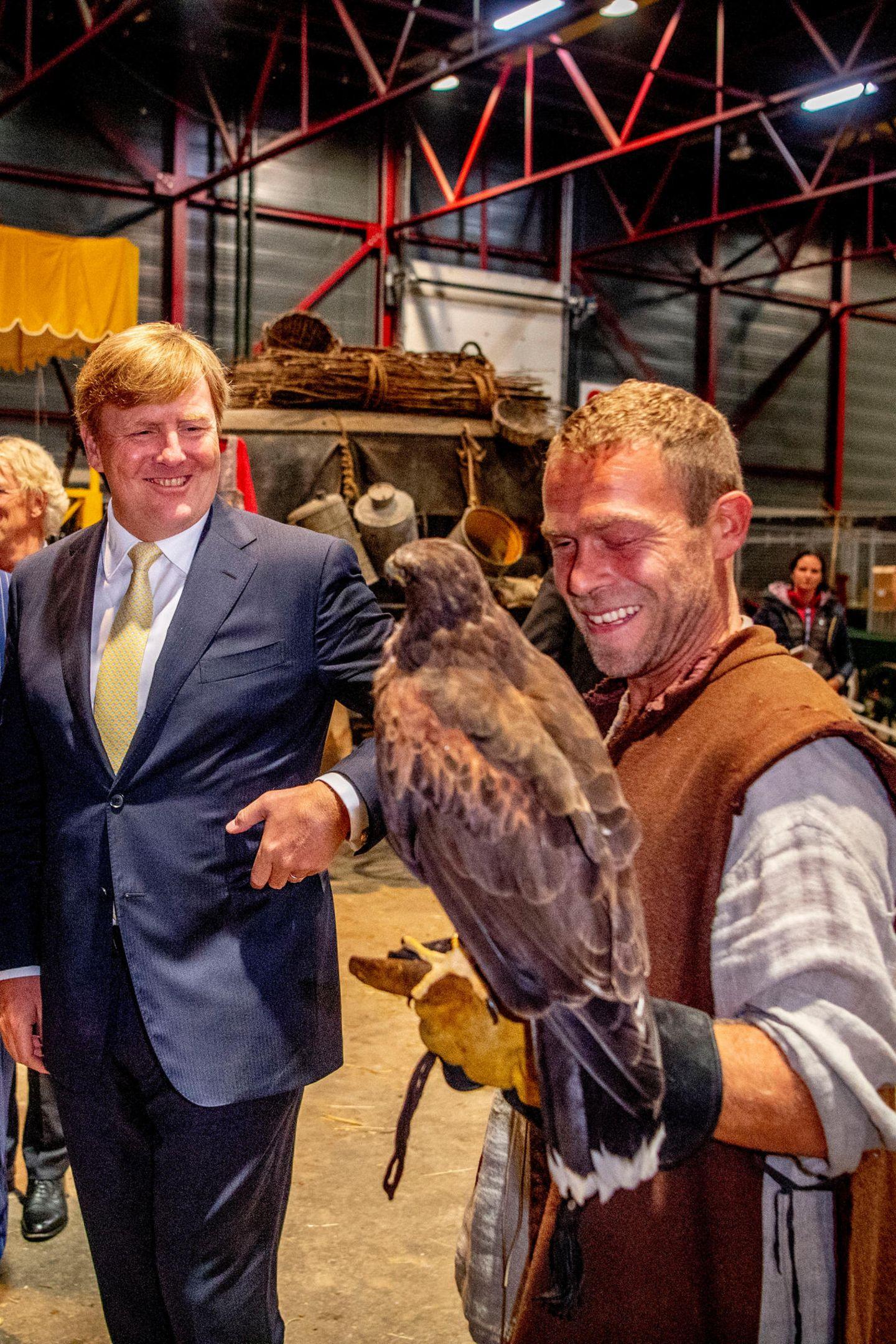 Auch König Willem Alexander macht eine tierische Begegnung. Ein großer Adler blickt dem Thronfolger direkt in die Augen. So richtig nah heran an das Tier traut sich Willem Alexander jedoch nicht.