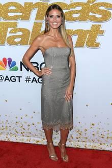 Spitze trifft Glitzer: Heidis Midi-Kleid von Ermanno Scervino verbindet Sinnlichkeit mit Party-Glamour und steht ihr einfach ausgezeichnet.