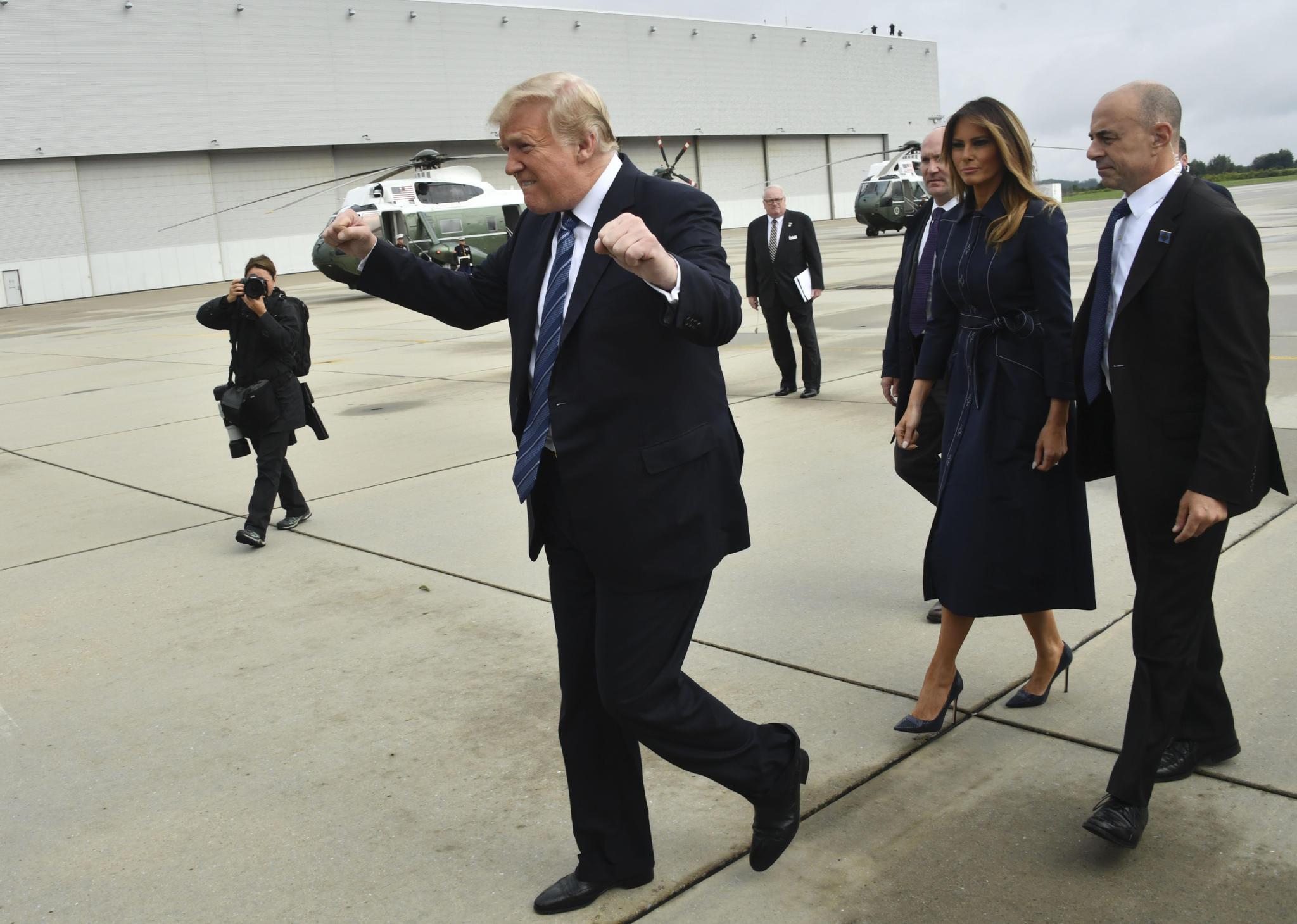 Donald Trump freut sich am 11. September, dem Jahrestag der Terroranschläge in New York,über Fans, die ihn an einem Flughafen in Pennsylvania begrüßen. Geschmacklos, finden viele Beobachter.