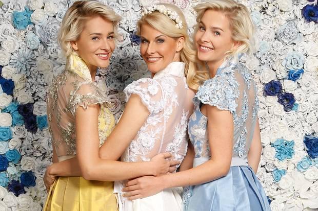Besonders angesagt: Das Dirndl ohne Bluse zu tragen und den Rücken mit einem Spitzenausschnitt in Szene setzen, so wie hier Natascha Grün zusammen mit Nina und Julia Meise.