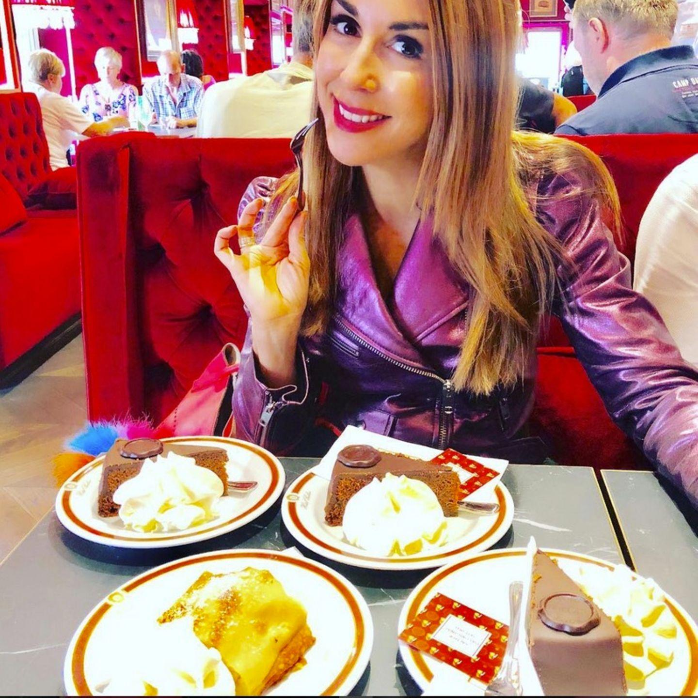Der wichtigste Business-Termin des Tages ist für Judith Williams angebrochen: Sie besucht ein Cafe' in Wien. Aber gleich 4 Stückchen Torte, Judith?