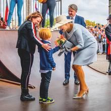 Königin Máxima wird von einem Fan begrüßt