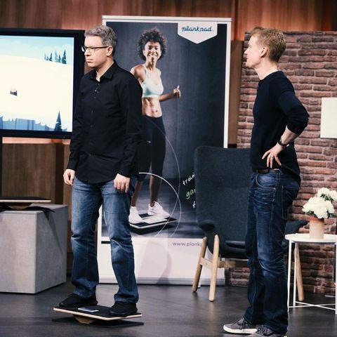 """""""Löwe"""" Frank Thelen lässt es sich nicht nehmen, selbst auf das PlankPad aufzusteigen"""