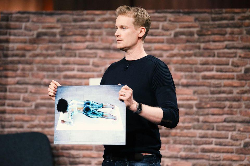 André Reinegger aus Aachen möchte die Investoren von seinem PlankPad überzeugen und zeigt, welche Muskelpartien von der Nutzungdes Gerätes profitieren