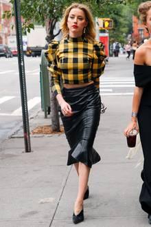 Amber Heard zeigt sich stylischer denn je auf den Straßen von New York City. In einemsexy Leder-Pencil-Skirt und karierter Crop-Bluse mit Puffärmeln stolziert sie selbstbewusstin der Stadt die niemals schläft. Rote Lippen und High-Heels mit V-Ausschnitt runden ihren Streetstyle ab.