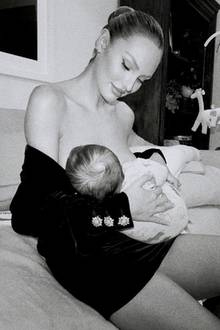 """Keine drei Monate ist es her, dass Candice Swanepoel zum zweiten mal Mama geworden ist.Perfekt geschminkt und nahezu bereit für den Laufsteg hält sie Söhnchen Ariel unbekümmert die Brust hin. Die Instagram-Fans der schönen Blondine rasten aus vor Begeisterung.""""Wunderschöne Mutter, innerlich sowie äußerlich"""", schreibt einer."""