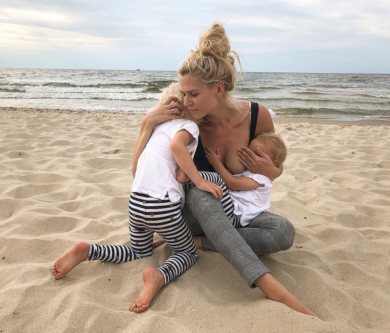 Sara Kulka genießt die am Strand die Nähe ihrer Kinder. Töchterchen Annabell wird dabei gestillt.