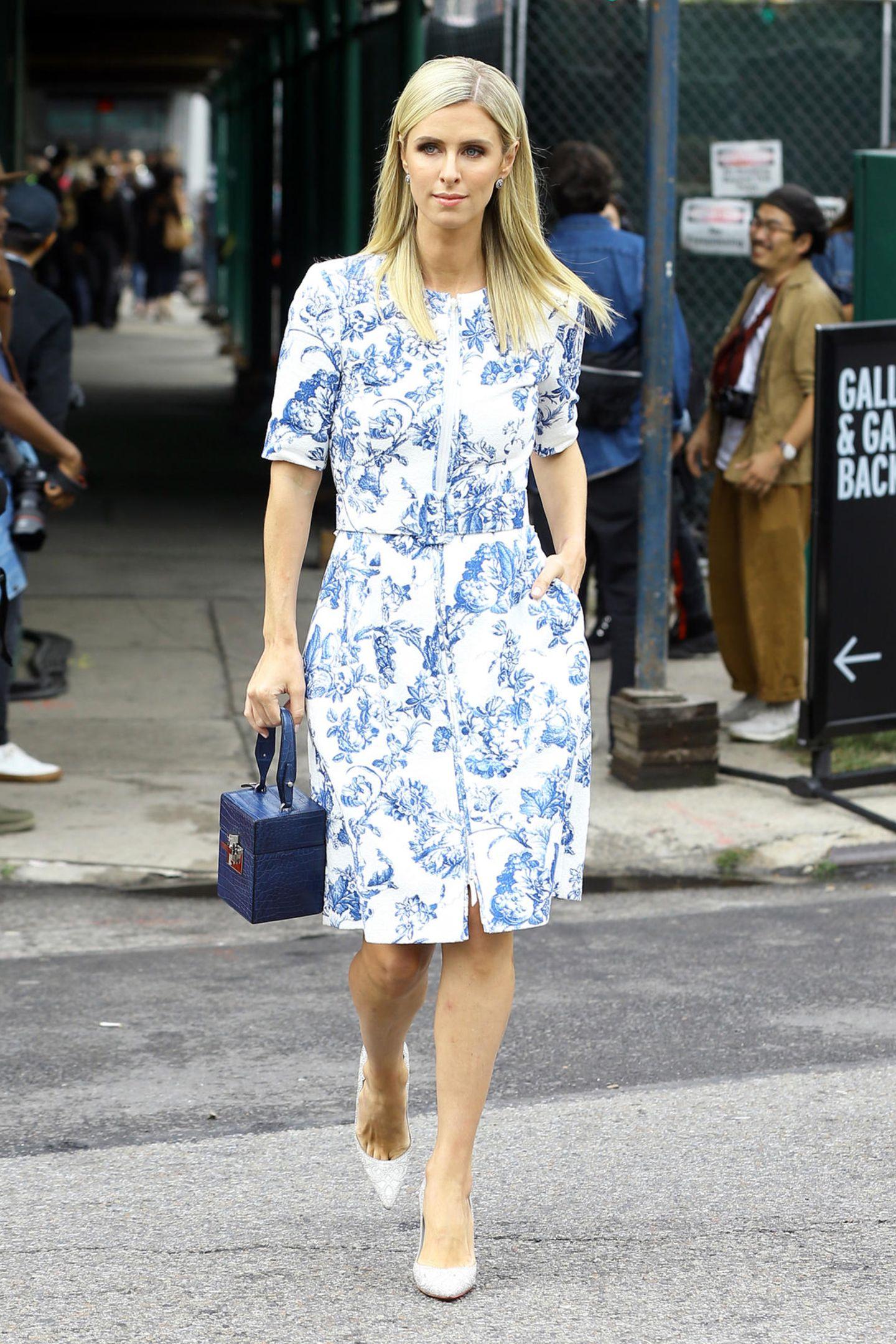 Nicky Hilton auf dem Weg zur Show von Oscar de la Renta im Rahmen der New York Fashion Week. Die schöne Hotelerbin trägt ein Etuikleid des Designers, mit blauem Blumen-Print. Irgendwie kommt uns dieser Style bekannt vor ...