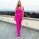 Pretty in Pink! Michelle Hunziker betont ihre tolle Figur in einem pinkfarbenenOverall von Trussardi. Dazu kombiniert sie weiße Pumps - eine gewagte Kombination, die die hübsche Blondine natürlich perfekt umsetzt.