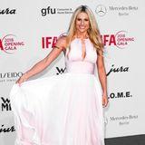 Auf der IFA Opening Party verzaubert Michelle Hunziker in einem bodenlangen, rosafarbenen Abendkleid.