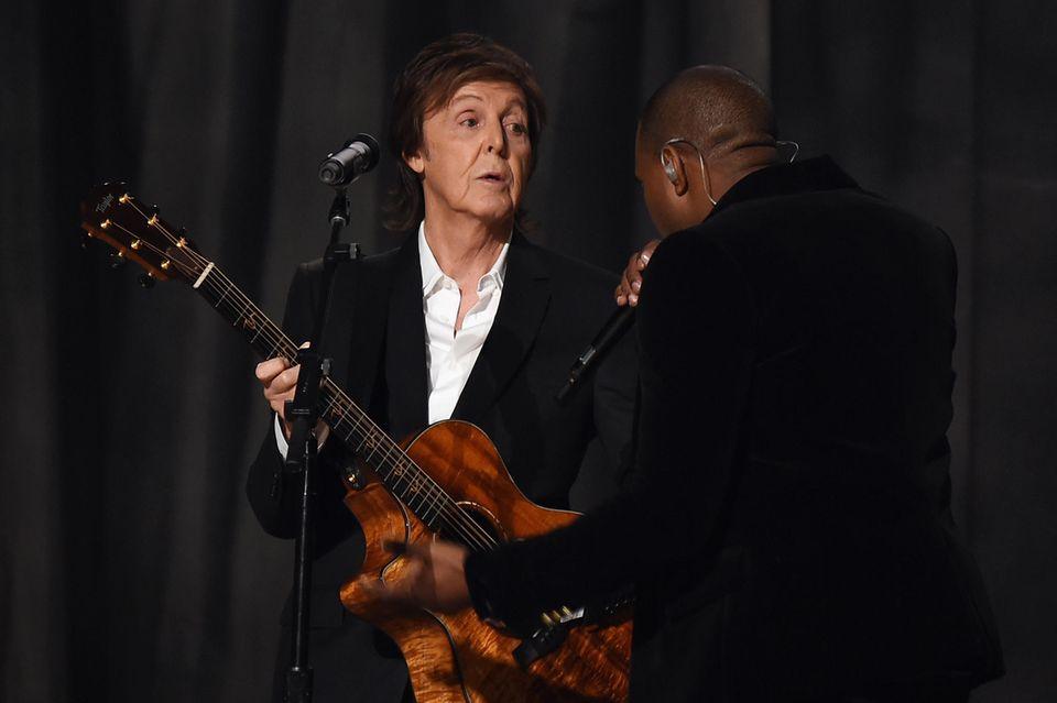 """Kanye West und Paul McCartney haben sich 2014 in Bungalow in Los Angeles getroffen und gemeinsam Musik gemacht. Auch wenn es für den britischen Sänger teilweise """"etwas verwirrend"""" gewesen ist, entstanden dabei zwei erfolgreiche Song. Einer, ein gemeinsamer Songmit Rihanna, wurde sogar zu seiner erfolgreichsten Single – seit mehr als 30 Jahren."""