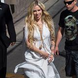In 2018 ist es eigentlich sehr still um die damals so laute Punkgöre geworden. Avril Lavigne veröffentlicht 2013 das letzte Studioalbum, danach erkrankt sie schwer an einerLyme-Borreliose. Im September meldet sie sich zurück. Mit einem neuen Album und einem viel glamouröserenLook.