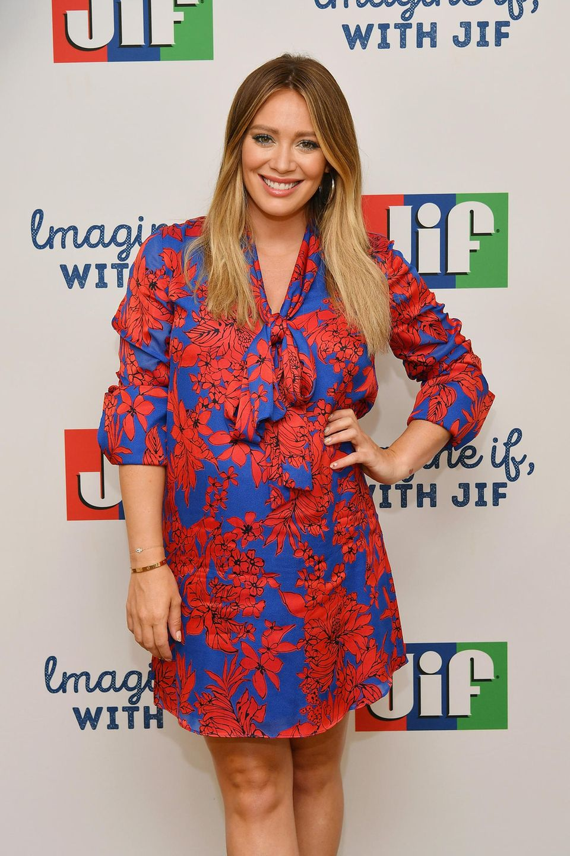 """2017 feiert der einstige Teenie-Star seinen 30. Geburtstag. Nur ein Jahr später freut sich Hilary Duff dann über ihre zweite Schwangerschaft. Privat als auch im TV läuft es bei der Schauspielerin bestens. Seit 2015 hat sie wieder eine Serien-Hauptrolle. Nämlich in """"Younger""""."""