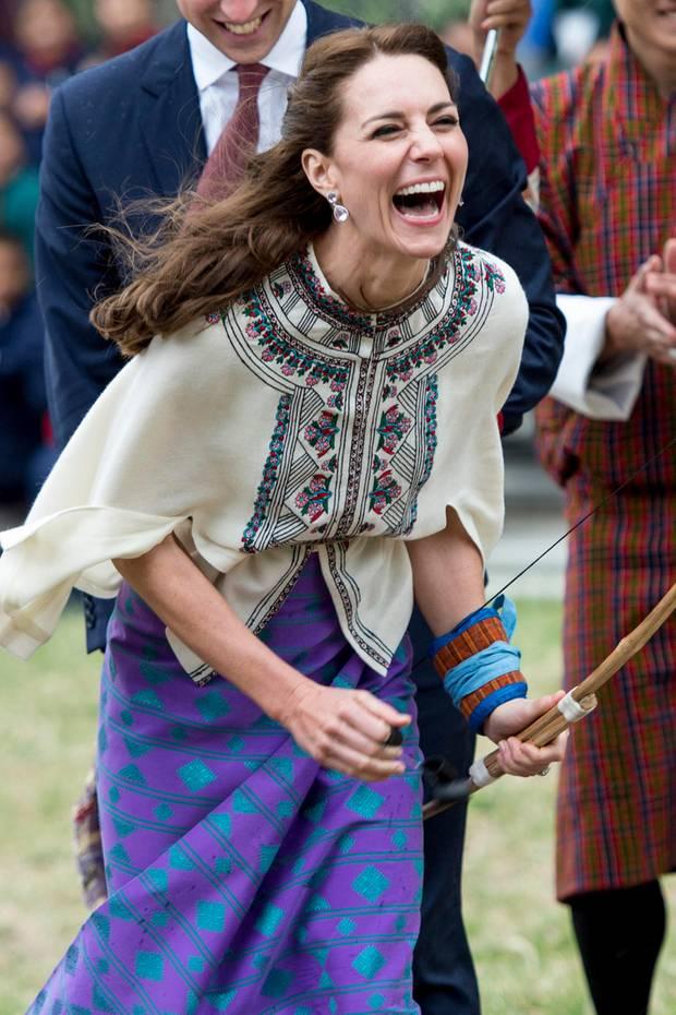 Herzogin Catherine hat beim Bogenschießen während ihresBesuchs in Bhutan mächtig Spaß.Kate ist darin offenbar eine echte Null.Ihr Pfeil verfehlte das Ziel um Weiten.Doch die Reaktion derHerzoginauf die Niederlage ist einfach königlich: Völlig hemmungslos lacht sie sich scheckig.