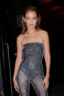 Gigi Hadid funkelt wie ein Diamant,als sie sichins Getümmel desNew Yorker Nachtlebens stürzt. Ein trägerloser Jumpsuit bringt ihren Luxuskörper zum Strahlen – und gibt sexy Einblicke ...