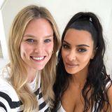 """Huch, hätten Sie auf dem Schirm gehabt, dass diese beiden Ladies befreundet sind? Wir auch nicht! Bar Refaeli postet dieses Selfie, auf dem sie mit Kim Kardashian zu sehen ist. """"Freunde und jetzt Partner,"""" schreibt Bar zu diesem Post. Na da dürfen wir wohl gespannt sein, was die beiden uns demnächst präsentieren werden."""