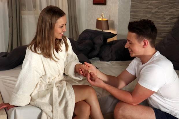 Romantisch: Moritz (Felix Jordan) macht Eteri (Marija Mauer) einen Heiratsantrag